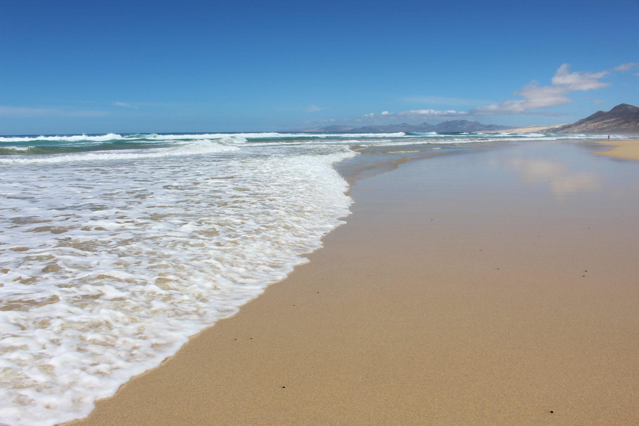 Fala zalewająca piasek podnosi dynamikę zdjęcia.