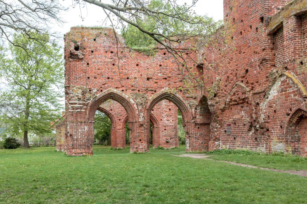 Ruiny z Opactwa w dąbrowie
